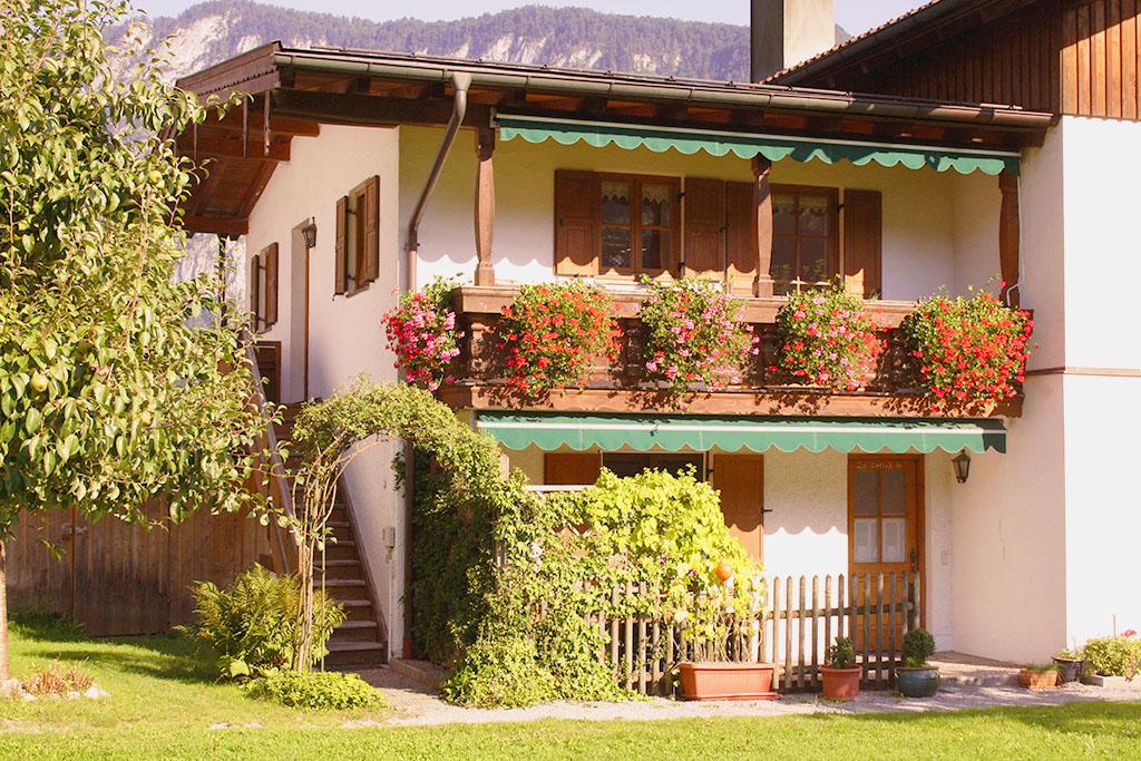 Blick auf den Balkon der Ferienwohnung am Großhuberhof in Kiefersfelden