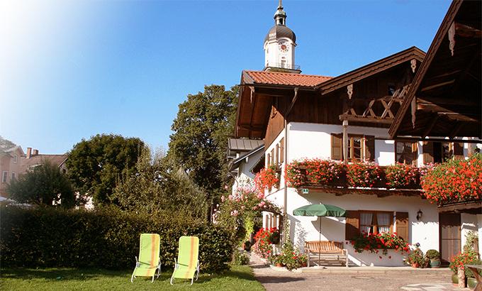 Ferienwohnungen am Großhuberhof mit Balkonen und Liegewiese am Haus