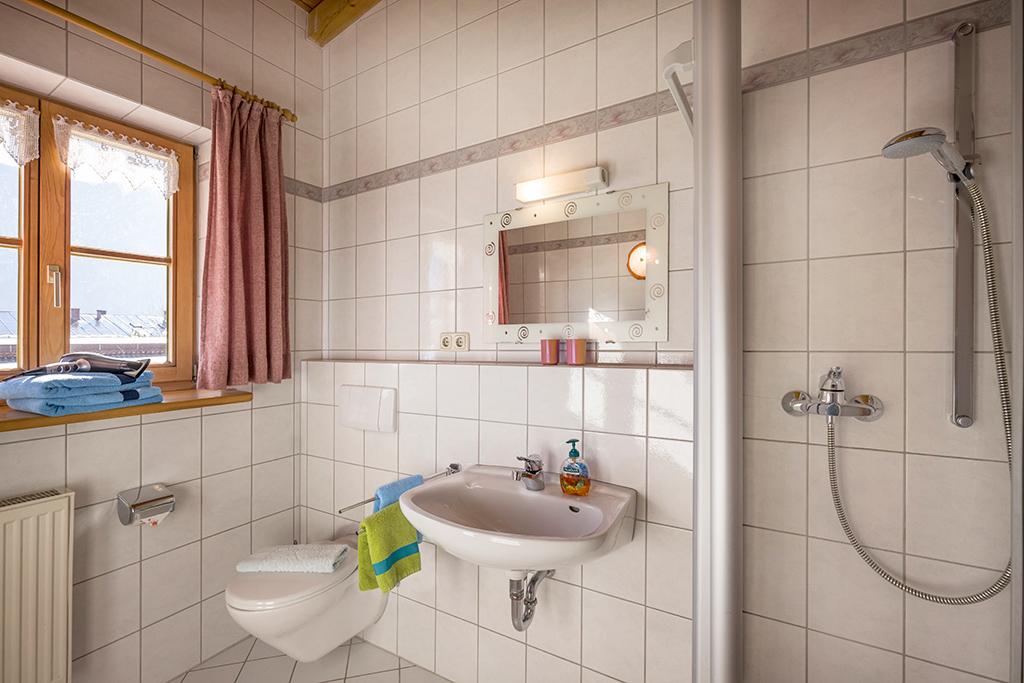 Blick in das Bad mit Dusche der Ferienwohnung für 2-4 Personen in Kiefesfelden Oberbayern