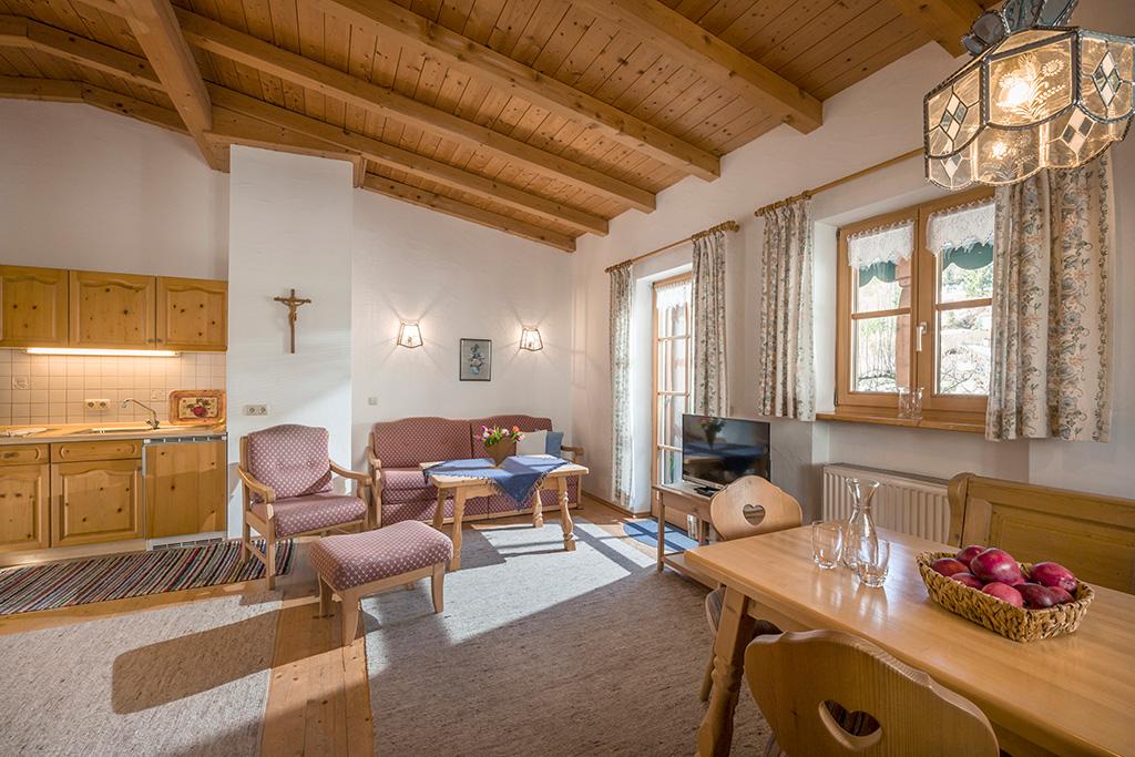 Blick in den Wohnraum der Ferienwohnung für 2-4 Personen in Kiefersfelden