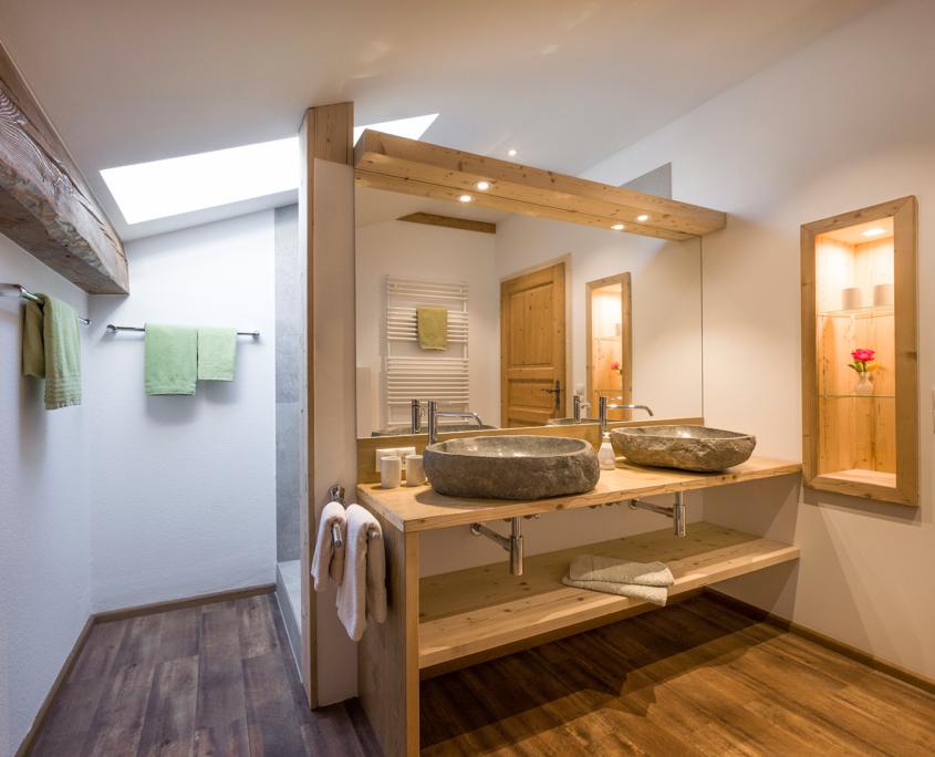 Blick in das Badezimmer der 4-Sterne Ferienwohnung am Großhuberhof in Oberbayern
