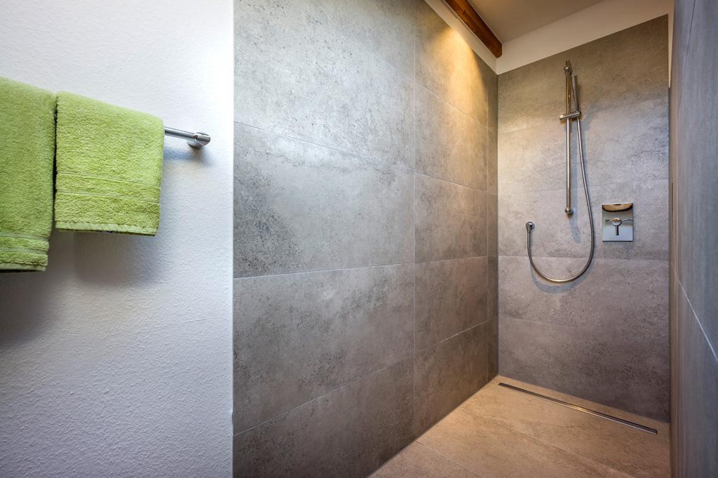 Blick in die Dusche der 4-Sterne-Ferienwohnung des Großhuberhof in Kiefersfelden