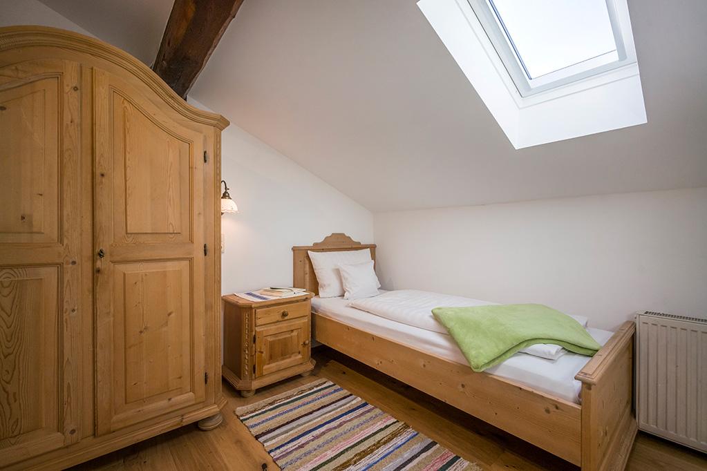 Blick in Einbettzimmer in großer Ferienwohnung in Kiefersfelden
