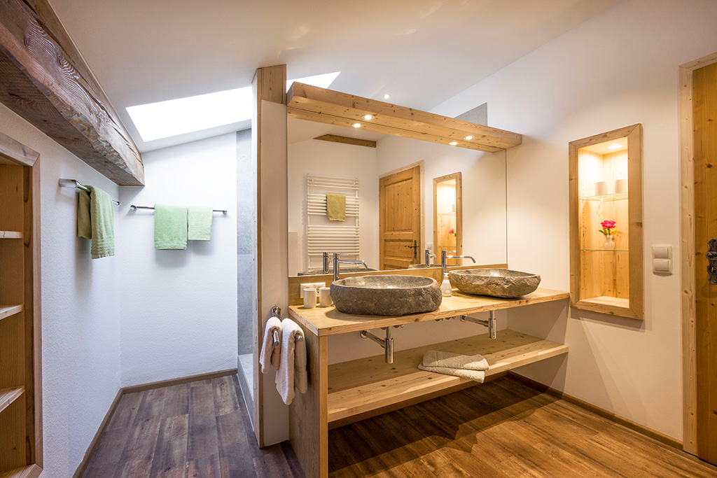 Blick in das Bad der 4-Sterne-Ferienwohnung des Großhuberhof
