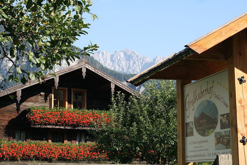Blick auf den Holzbalkon des Großhuberhof in Kiefersfelden