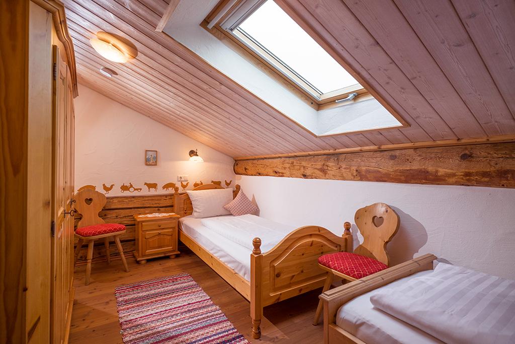 Zweibettzimmer in Ferienwohnung für Familien in Bayern