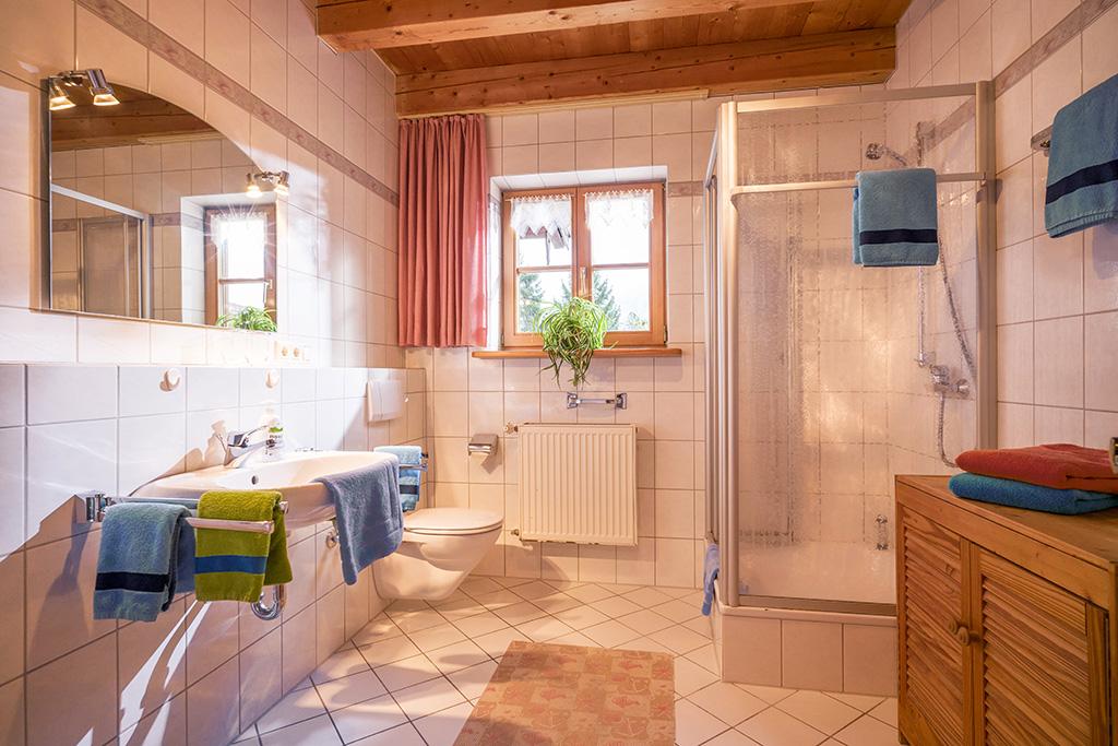 Badezimmer in großer Ferienwohnung in Oberbayern