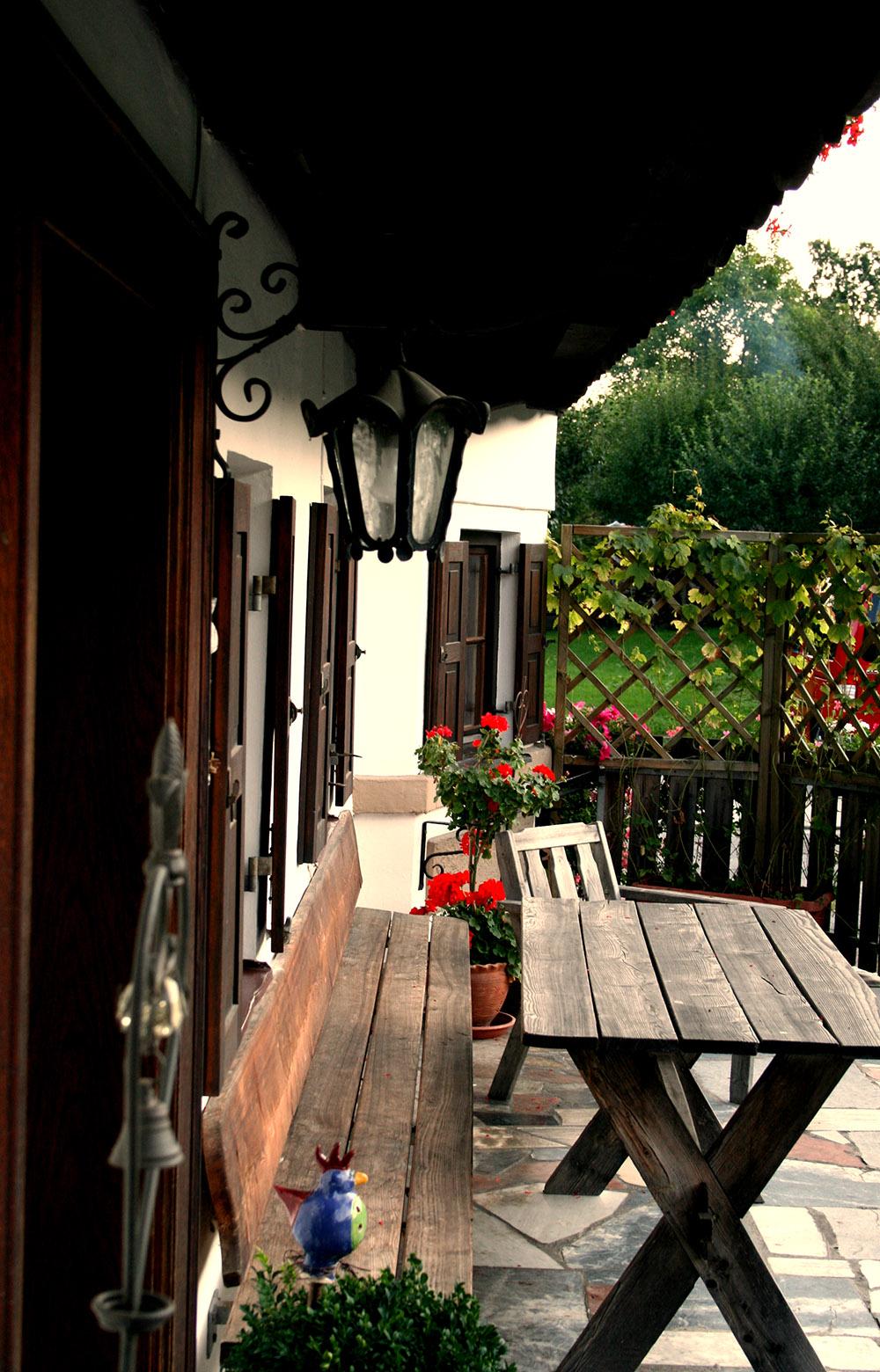 Blick auf die Hausbank des traditionsreichen Hofgebäudes der Familie Danner in Kiefersfelden