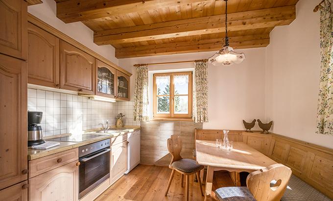Blick in die Wohnküche der Ferienwohnung für 3-7 Personen in Kiefersfelden
