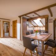 Blick in die Wohnküche der 4-Sterne Ferienwohnung am Großhuberhof in Kiefersfelden