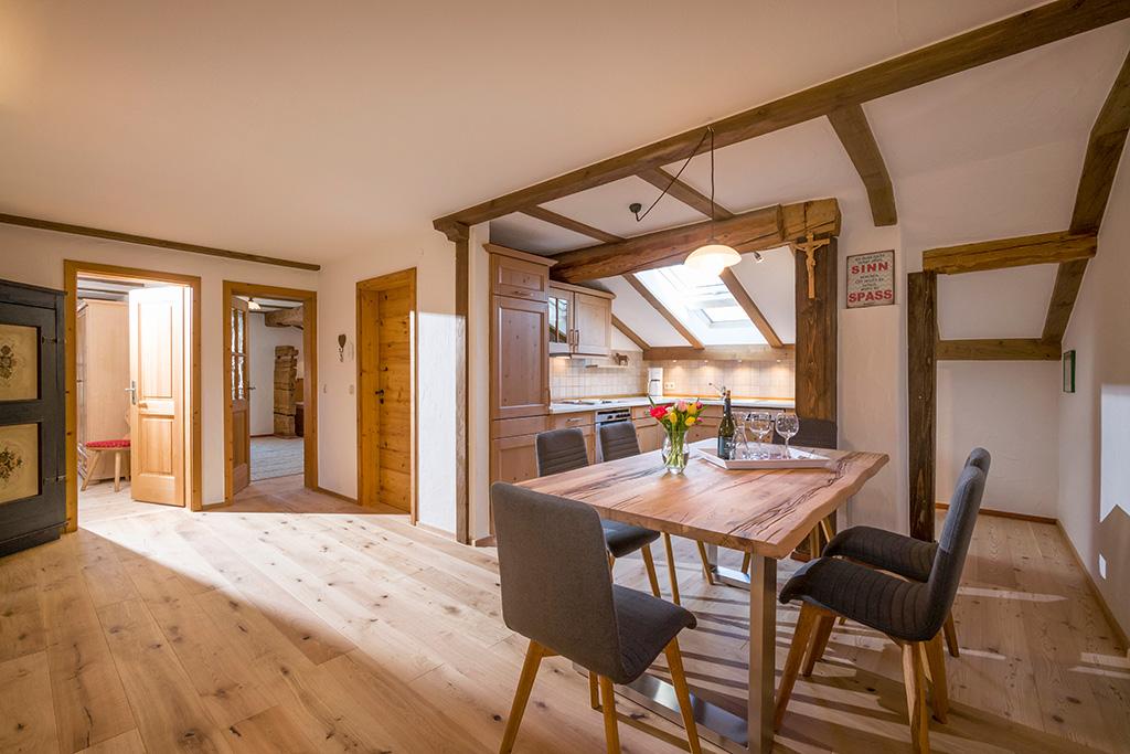 Blick in die Wohnküche der 4-Sterne-Ferienwohnung am GRoßhuberhof, Oberbayern
