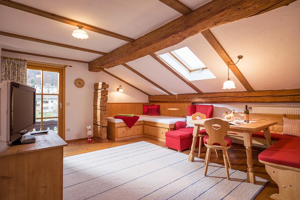Sitzecke der Ferienwohnung im Bauernhaus Großhuberhof Kiefersfelden